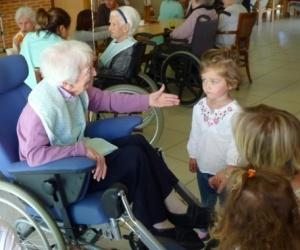 Illustration de l'article « Mon pote âgé », quand les enfants jardinent à la maison de retraite