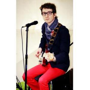 Étudiant en musicologie, guitariste professionel, donne des cours de guitare électrique/folk à Nancy