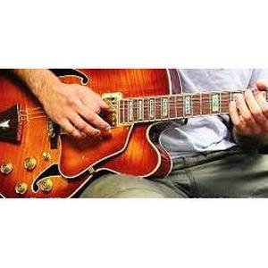Gib, 46 ans donne des cours de guitare