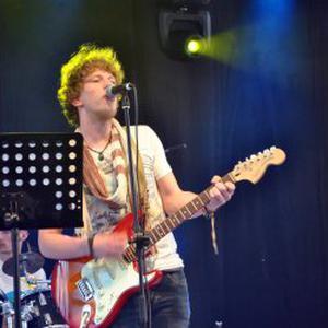 Simon, 21 ans, donne cours de guitare