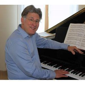 Regis, 55 ans donne des cours de piano
