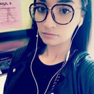 Samira, 28 ans, propose coiffure à domicile
