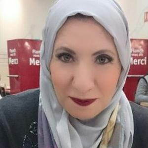 HANAA, 53 ans, donne des cours d'arabe pour les enfants