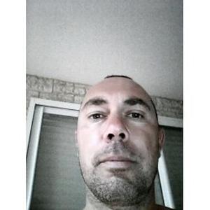 Stephane, 44 ans effectue des travaux de maçonnerie