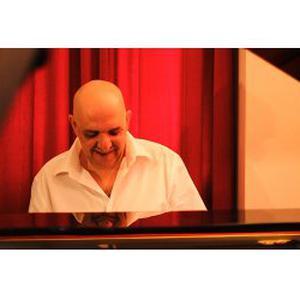 Gérard donne cours de piano à Marseille