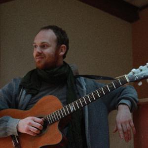 Guitariste bassiste professionnel depuis 15ans, donne cours de guitare, saint marcellin en forez