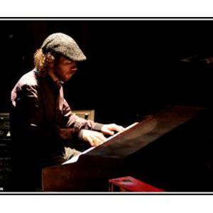 Serge donne cours de piano, guitare et écriture musicale